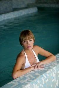 ผู้หญิงในสระว่ายน้ำ
